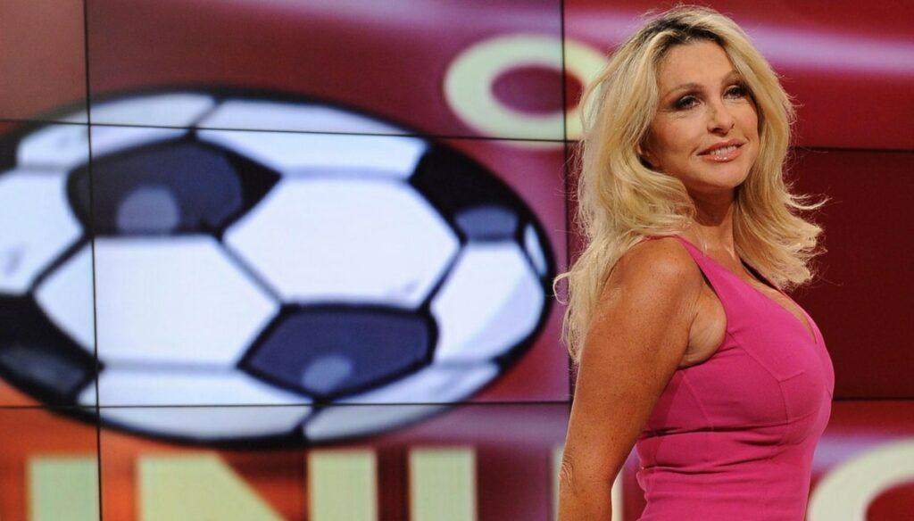 Una vita professionale legata al giornalismo, un rapporto trentennale e indissolubile con la Televisione di Stato. Paola Ferrari è il volto femminile più familiare del giornalismo sportivo italiano
